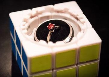 Anillo de compromiso dentro de un cubo