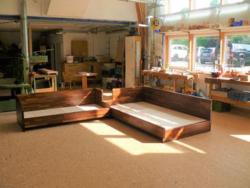 Ein Sofa nach Bauhausstil aus Massivholz Robinie gefertigt