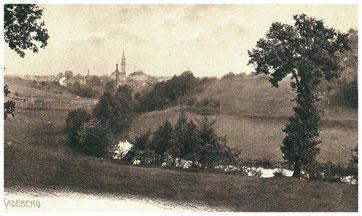 Blick aus den Leithen auf Radeberg, rechts die Hänge zum Galgenberg (Brauereiberg). Postkarte um 1910. Museum Schloss Klippenstein Radeberg
