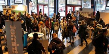 Viel Andrang herrschte am Donnerstag bei der Ausbildungsmesse in der Halepaghen-Schule. Fotos: Ina Frank