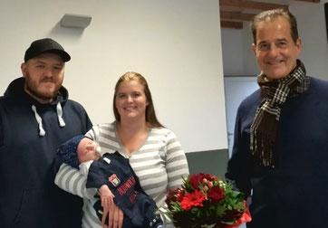 Der 1. Vorsitzende Thomas Wicht wünscht Sara und Dennis Kauffmann und dem kleinen Elias im Namen des Vereins alles Gute für die Zukunft. (Foto: SSV Heimerzheim)