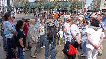 Der Rundgang begann auf dem Rathausmarkt ...
