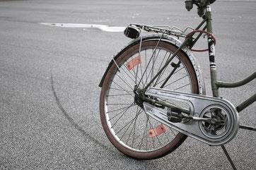Fahrrad und Bremsspur
