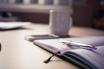 Kalender, Smartphone und Kaffeetasse