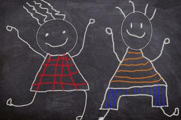 zwei Kinder auf der Tafel