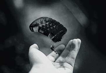 Fallschirmspringer und Hand