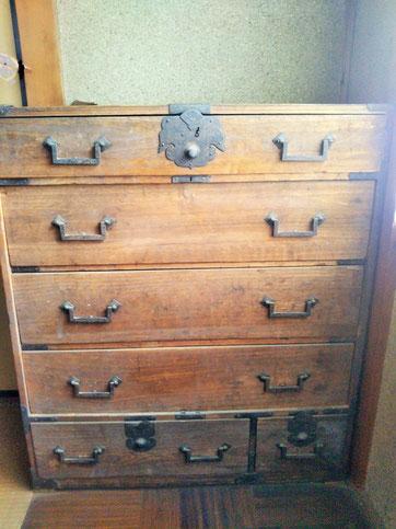 5段の引き出し、金具のついた大正時代の箪笥