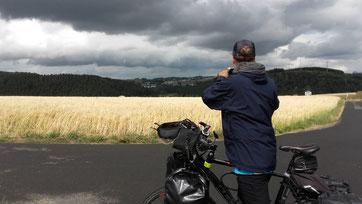 Radreisender bei der Wettervorhersage