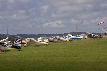 Ein Teil der Flightline bei der Premiere des Nostalgischen Flieger-Picknicks 2012