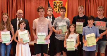 Bild: Odenwaldkreis / Jung und erfolgreich: Auch diese Züchterinnen und Züchter wurden von Landrat Frank Matiaske (links) und dem Kreistagsvorsitzenden Rüdiger Holschuh für ihre Erfolge geehrt.