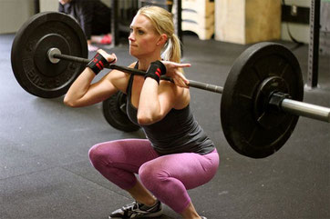 Femme faisant un front squat, pouvant jouer sur la notion de tempo!