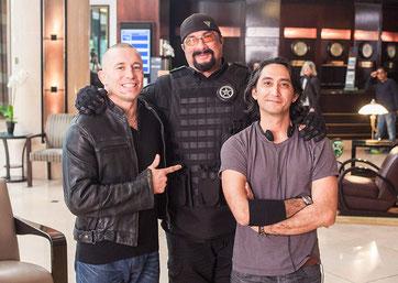 Keonie Waxman am Set von Killing Salazar mit MMA Legende George St. Pierre und Steven Seagal