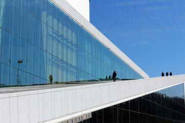 Opernhaus in Oslo ©Pixabay, mit großer Glasfront in der scih der blaue Himmel spiegelt