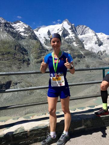 Tanja glücklich im Ziel des Großglockner-Laufes, im Hintergrund der Gipfel (Foto: privat)
