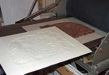 auch hier sieht man den frisch gedruckten Abzug der Linolplatte ohne Farbe. Das nennt man einen Blinddruck