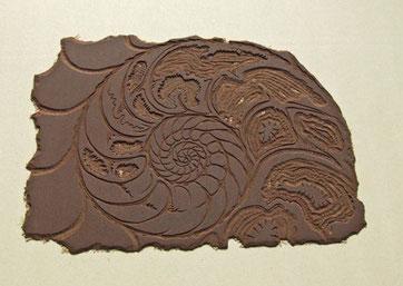 """Linloschnitt mit dem Motiv """"Ammonit"""". Das Motiv ist aus der Platte heraus geschnitten"""