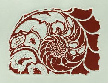 """Der Linolschnitt """"Ammonit"""" in dunkelrot  auf Hahnemühle-Kupferdruck-Bütten gedruckt"""