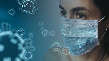 Femme qui porte un masque chirurgical sur un fond bleu avec des dessins de virus.