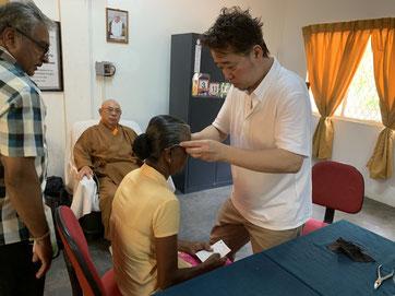 当組合員によるスリランカでの供養眼鏡の寄贈
