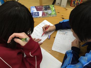 今時期の学校の宿題は、生徒同士で解決することが多いです。教わる側はもちろんのこと、教える側にも大きな力となる『教え合い』。最近は結構増えてきていますね。
