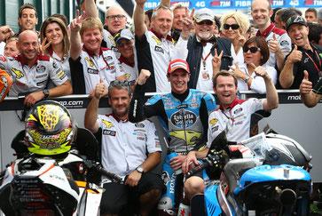 Partytime bei einer tollen Truppe im MotoGP Paddock. Das Mark VDS Team feiert den dritten Platz mit und von Sott Redding