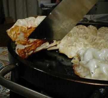 皮はパリパリ中はジューシーなアツアツ鉄板で焼く絶品餃子