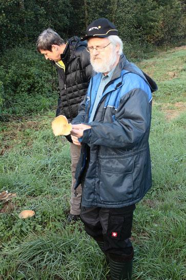Herr Bernd Miggel stellt eine Pilzart vor (Foto: G. Franke)