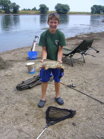 Jungfischer fischen an der Donau und bleiben übernacht.