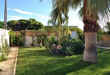 250 qm privater Garten der Unterkunft Apartment Barara