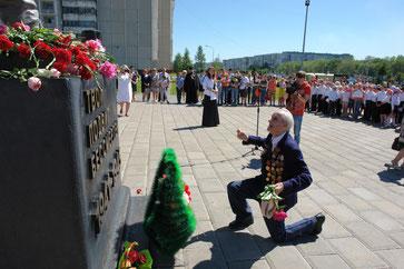 Спасибо деду за Победу! Ветеран ВОВ помолился за тех, кто не дожил до этого дня. Слава героям!
