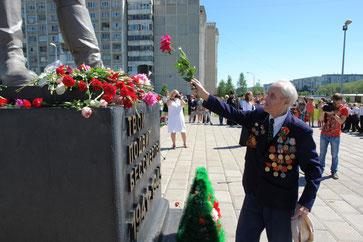 «Никто не забыт, ничто не забыто!» Сергей Николаевич возложил цветы к памятнику «Твой подвиг бессмертен 1941 -1945г.г.»!  Вечная память павшим на полях сражений Великой Отечественной войны 1941 – 1945 годы. Мы достойная смена нашим дедам и прадедам.