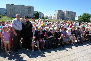 Ветераны Великой Отечественной войны и труженики тыла. Дети им вручили цветы, поздравили. Всем было очень приятно! Хотя воспоминания о тех далеких днях войны не из приятных, это праздник со слезами на глазах.
