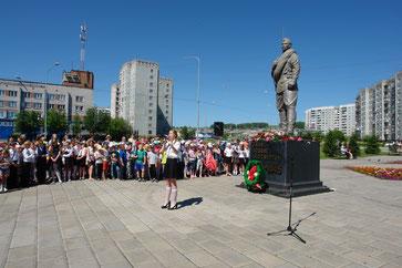 Музыкальное поздравление всем участникам праздника от ученицы школы№13 Петровой Екатерины «Этот день Победы…»