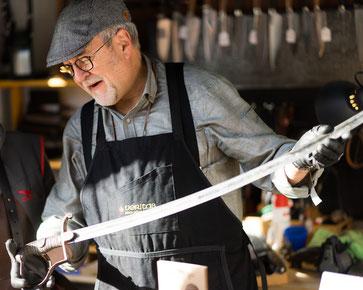 MSR Messer-Service Rohr_schärft einen Degen