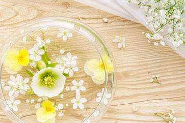 ピンクや赤のカーネーションとカスミソウ。耐熱ガラスのティーカップに淹れられたレモンティー。ほっとひといき。