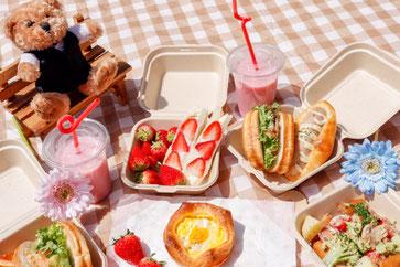 ピクニックランチ。バゲットサンド、いちご、フルーツサンド。イチゴのシェイク。クマのぬいぐるみ。カフェテリアプラン。