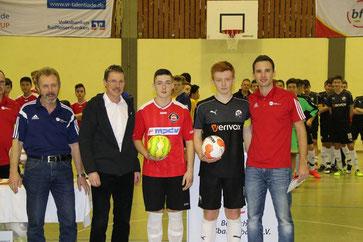 "Kapitän Daniel Schmidt nimmt den Preis ""fairste Mannschaft des Turniers"" entgegen"