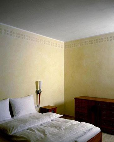 Grün- und Beigetöne, mehrfach lasiert auf geschliffener Wand, gespachtelte Bordüre, die den Steinfarbton des Bodens wieder aufnimmt.