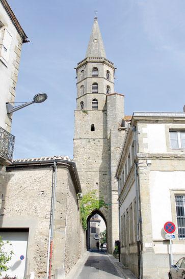 En 1186, la porte d'entrée de Saint-Michel se trouve au couchant. Elle est précédée par un clocher-porche carré, qui dépasse la nef d'un ou deux mètres. Celui-ci sera remplacé au XVIII siècle par une flèche - Crédit photo : Couleur Média