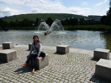 Xandra im Park des Ettlinger Gymnasiums, welches sie jahrelang unterstütze, Juli 2011