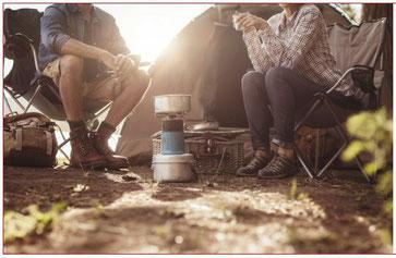 Menschen mit Campingkoccher