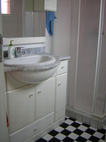 Oberes bad in schwarz weiss mit Dusche und WC