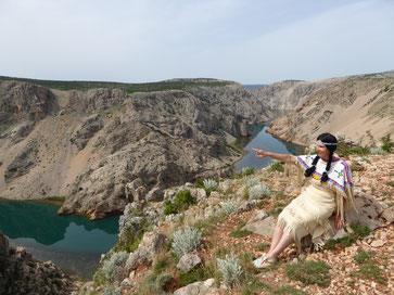 Christa mit dem Orginal Nscho tschi Kleid am Zrmanja Plateau