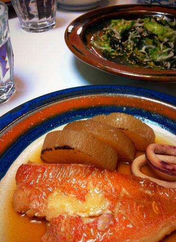 赤魚の煮つけ、、哲平が好きなんで奥さんがたまに作ってますが、僕は正直、、、そんなでもないです。(汗) だいたい赤魚ってなによぉ?!、、、なので調べてみた。 アラスカメヌケってのが正式名称でした。 想ったより普通でよかった♪だいたい頭取られたり加工されてるのは深海系のグロイやつってのが相場なんでそっち系かとww それにしても哲平はどの辺が超好きなんだろ?淡白でとくになんてことない味なのに、、、