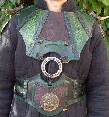 Gorgerin tribal en cuir intégrant un anneau ASB
