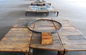 Untragbar, 2005, 3 Objekte, Kautschukschlauch, Stromkabel, Kupfer, Stahl, Glas, 175 x 125  cm, 190 x 130 cm, 135 x 120 cm, auf je 6 Holzpaletten