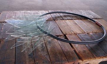 Untragbar, 2005, Kautschukschlauch, Kupfer, Glas, 190 x 130 cm