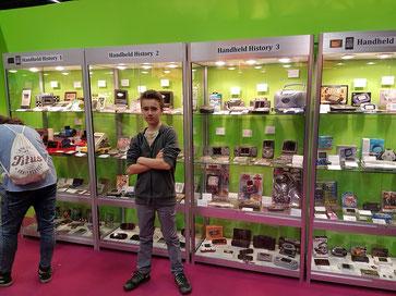 """Mein Sohn Finn auf der Gamescom 2016 vor """"historischen"""" Spielkonsolen"""