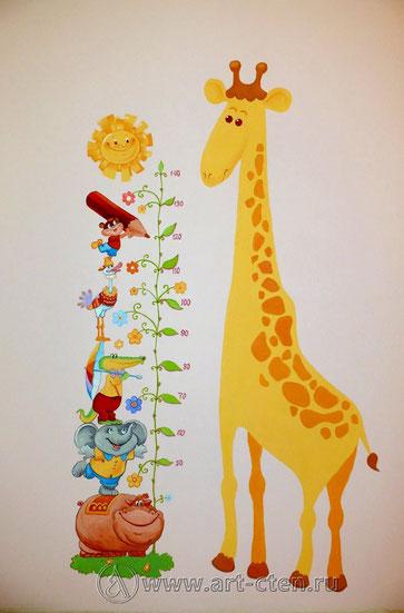 Нарисованный на стене ростомер окружают сказочные животные