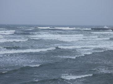 海はクローズ、PM2.5で沖の視界も悪いです。